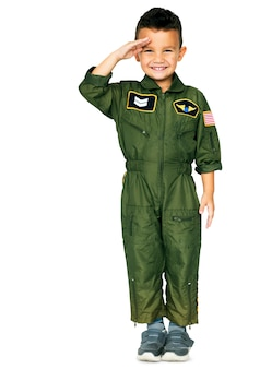 Um garotinho sorrindo vestindo um terno de força aérea
