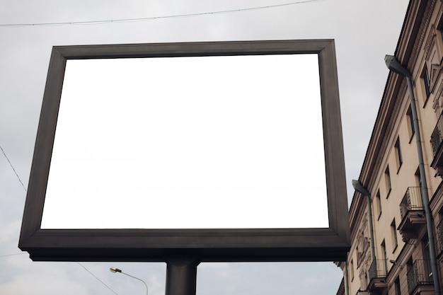 Um grande outdoor com informações e publicidade interessantes instalados ao longo de uma ampla rua no centro da cidade