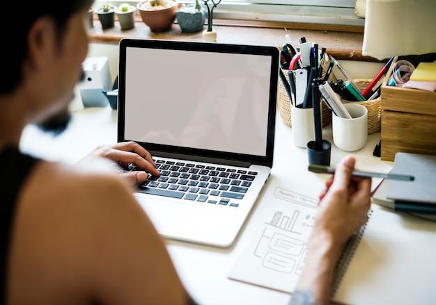 Um homem está trabalhando com laptop