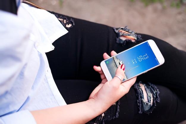 Um, mulher jovem, viajante, sentar, e, mantenha, smartphone, em, mão