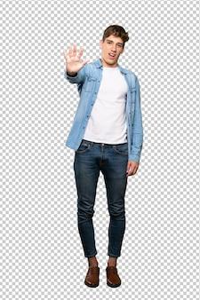 Um, tiro cheio comprimento, de, um, cute, homem jovem, contando cinco, com, dedos