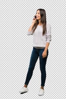 Um, tiro cheio comprimento, de, um, jovem, hispânico, morena, mulher, mantendo uma conversa, com, a, telefone móvel