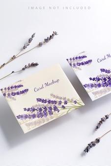 Uma pilha de flores de lavanda e cartões de maquete de papel