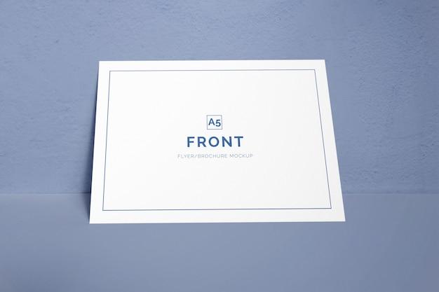 Único cartão de visita deitado em uma maquete de parede