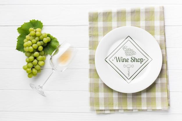 Uva ao lado de copo de vinho