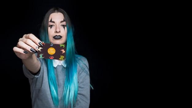 Vampiro feminino apresentando cartão de visita