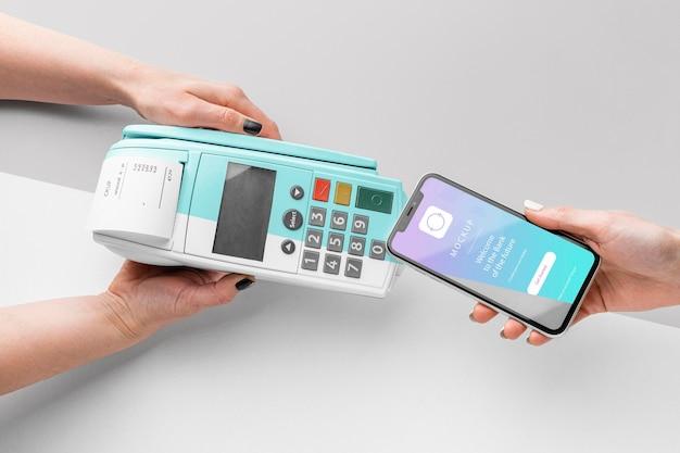 Variedade com maquete de aplicativo de pagamento de smartphone