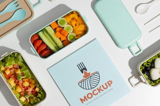Variedade de caixa de bento com cartão de mock-up