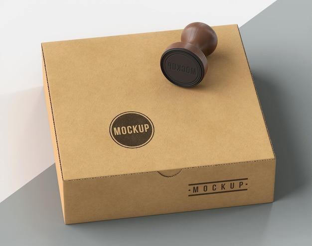 Variedade de caixa etiquetada com selo