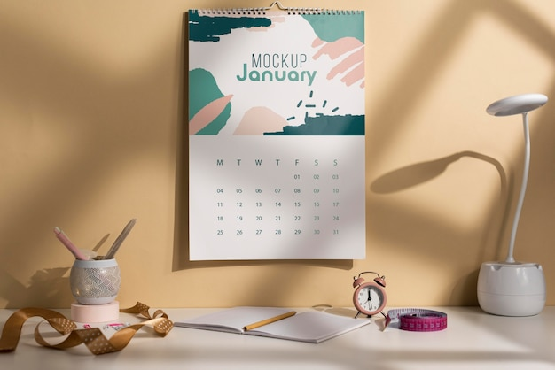 Variedade de calendário de parede mock-up dentro de casa