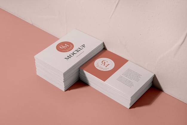 Variedade de cartões de visita de alto ângulo