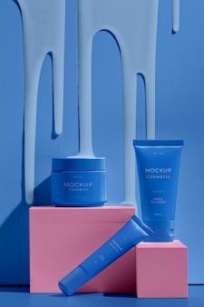 Variedade de cosméticos mock-up com elementos de fusão