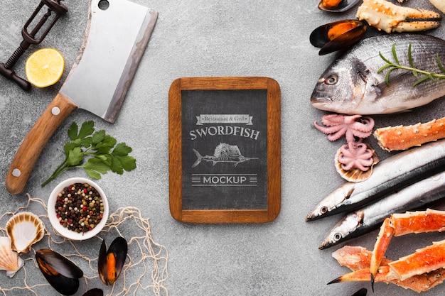 Variedade de frutos do mar com maquete do quadro-negro
