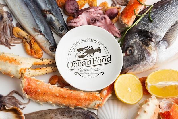 Variedade de frutos do mar delicioso com mock-up de placa