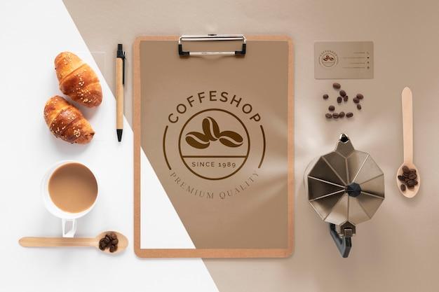 Variedade de itens de marca de café plana