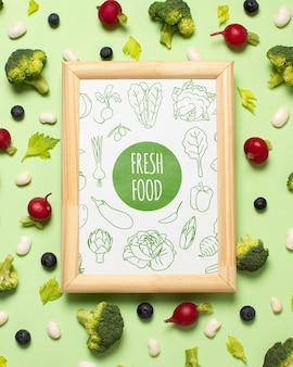 Variedade de legumes de vista superior com maquete de quadro