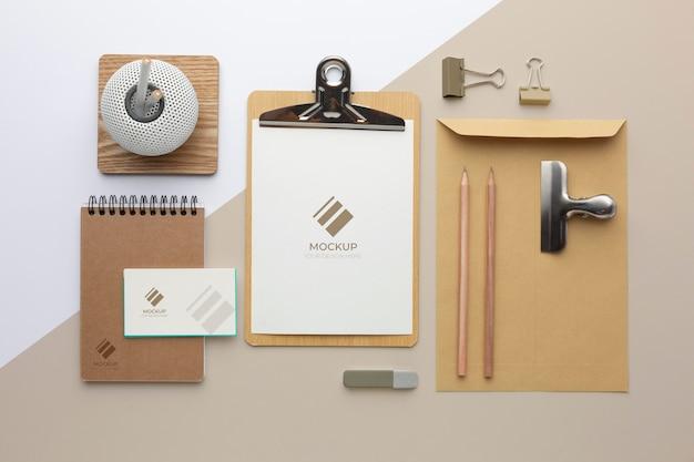 Variedade de maquetes de papelaria moderna