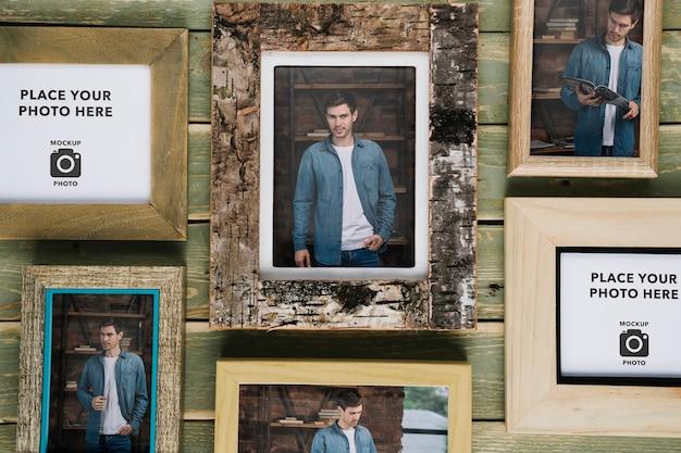 Variedade de quadros em fundo de madeira