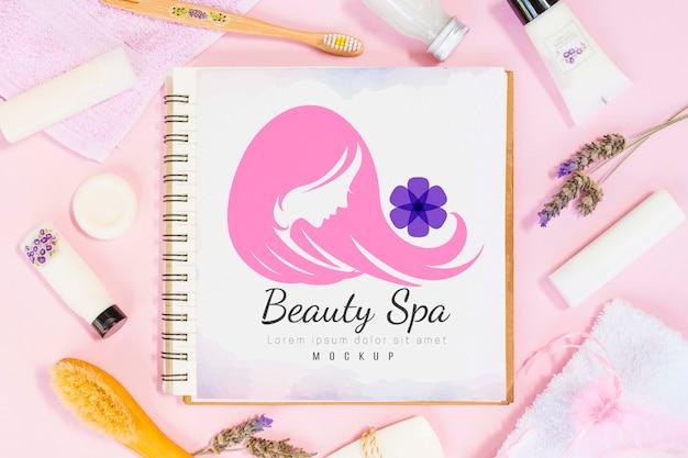 Variedade de spa e bem-estar com maquete de notebook