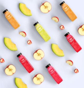 Variedade de sucos orgânicos e metades de maçãs
