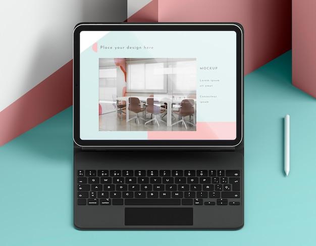 Variedade de tablet moderno com teclado