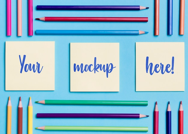 Variedade de vista superior de lápis coloridos e notas