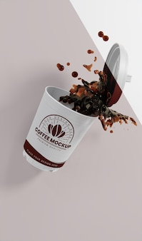 Variedade de xícara de café de papel com respingos de café