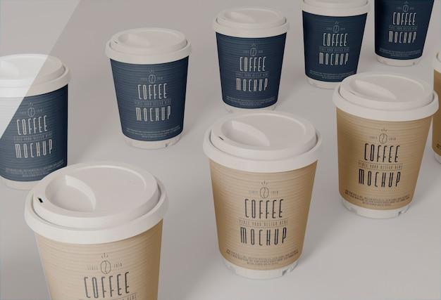 Variedade de xícaras de café de alto ângulo