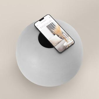 Variedade elegante com maquete de smartphone e vaso