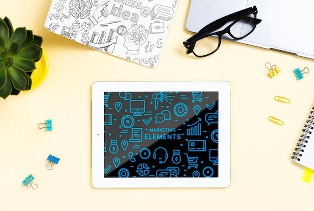 Variedade plana leiga com tablet e óculos