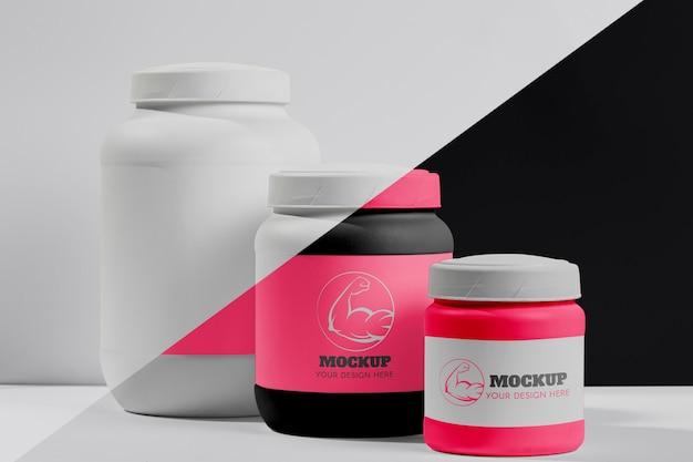 Vários comprimidos e pó de proteína rosa fitness