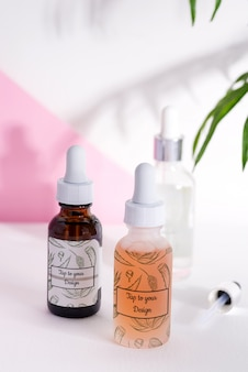 Vários frascos para cosméticos, medicamentos naturais, óleos essenciais ou outros líquidos