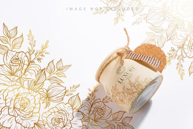 Vela de soja artesanal orgânica com rótulo e sombra na superfície branca. embalagem de maquete