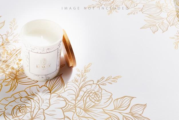 Vela de soja em frascos de vidro branco com tampa e flor seca em branco
