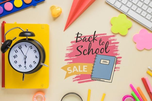 Venda de volta aos itens escolares com relógio