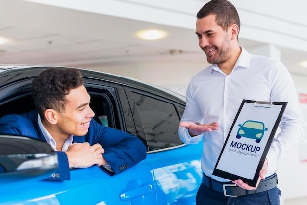 Vendedor de carros e maquete do comprador