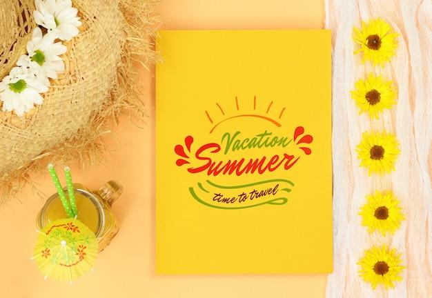 Verão mock carta amarela com chapéu de palha e suco de laranja