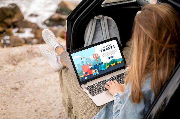 Viajante segurando uma maquete de laptop