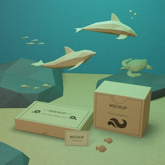 Vida marinha e caixas de papelão debaixo d'água com maquete