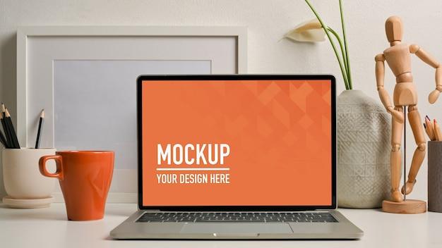 Visão aproximada da mesa do escritório em casa com maquete de tablet com teclado
