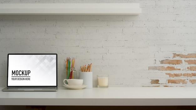 Visão aproximada da mesa do escritório em casa com simulação de laptop, artigos de papelaria, decorações e espaço de cópia