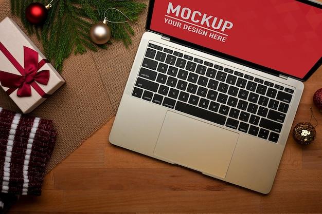 Visão aproximada do espaço de trabalho com a maquete do laptop no escritório doméstico