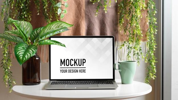 Visão aproximada do espaço de trabalho com maquete de laptop