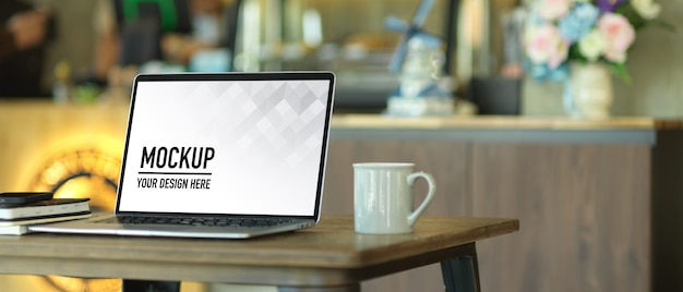 Visão aproximada do espaço de trabalho portátil com maquete do laptop