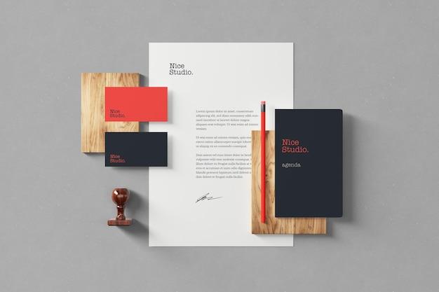 Visão superior de modelos de branding e papelaria