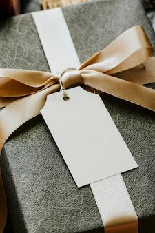 Vista aérea da caixa de presente com uma maquete de etiqueta