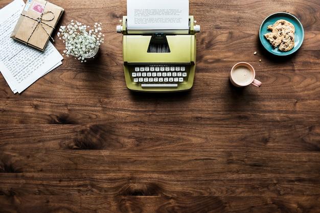 Vista aérea do conceito de espaço de trabalho de máquina de escrever retrô e espaço de cópia