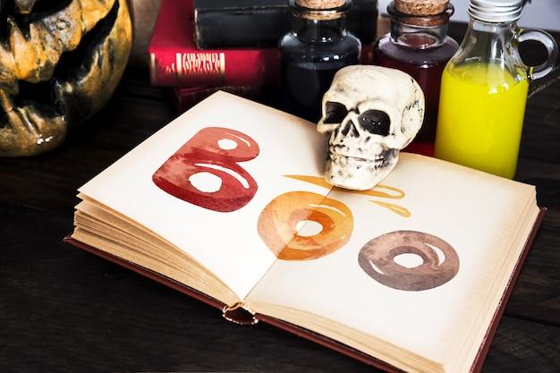 Vista alta do livro aberto e itens de papelaria halloween