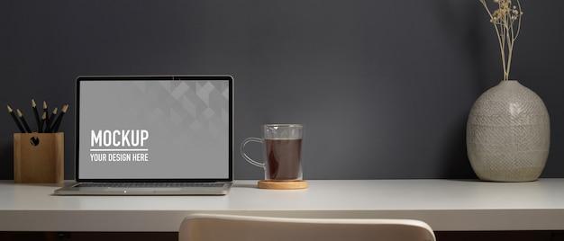 Vista aproximada da mesa de trabalho com maquete de laptop