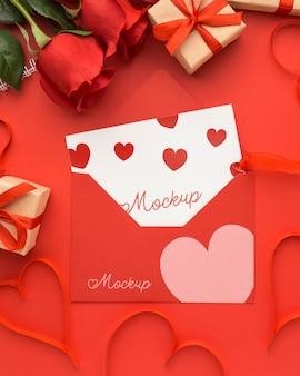 Vista de cima, presentes para o dia dos namorados e rosas com maquete de carta